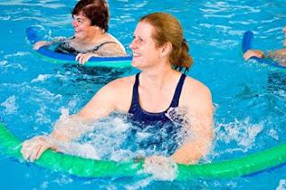Les mouvements d'aquagym pour être en forme