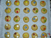 Cookies de lacasitos-adornando las cookies