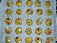 Cookies de lacasitos-adornando las cookies