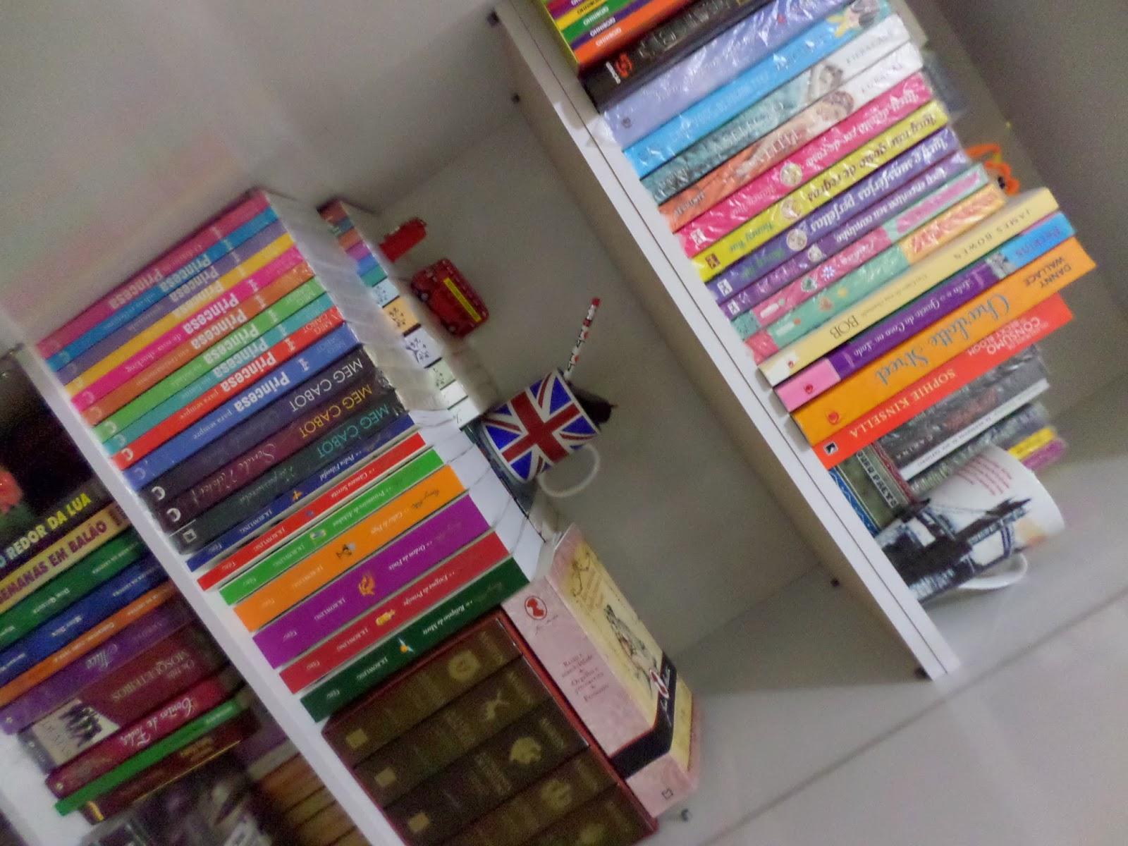 oi galera dê uma olhada na sua estante além de um monte de livros  #A76424 1600x1200