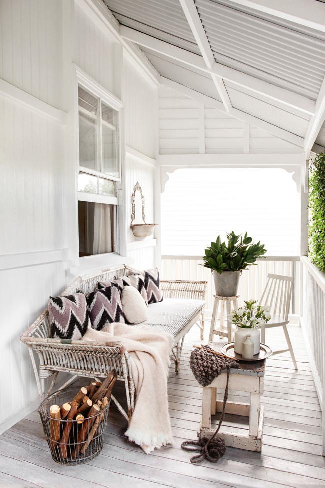 Porche blanco con suelo de madera
