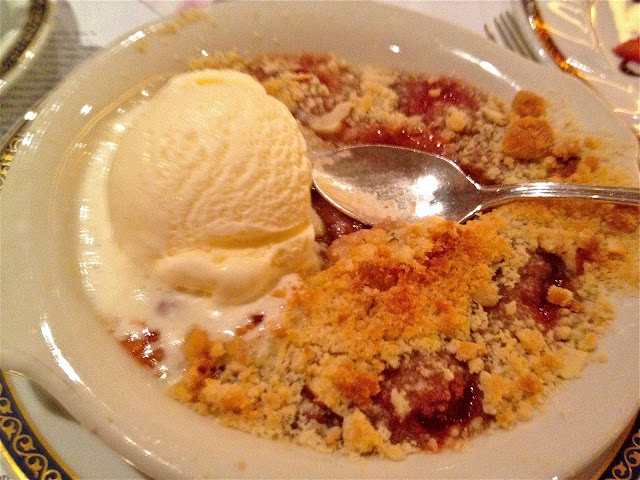 Strawberry fruit crisp with vanilla ice cream