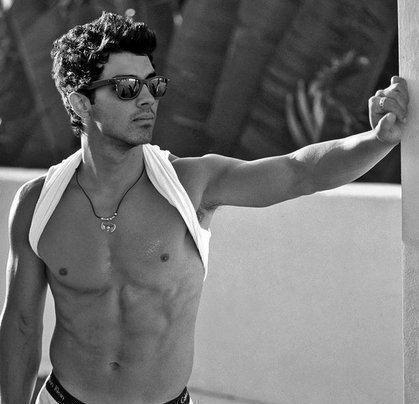 ... malditas de plantão andam especulando por aí se Joe Jonas não seria gay.