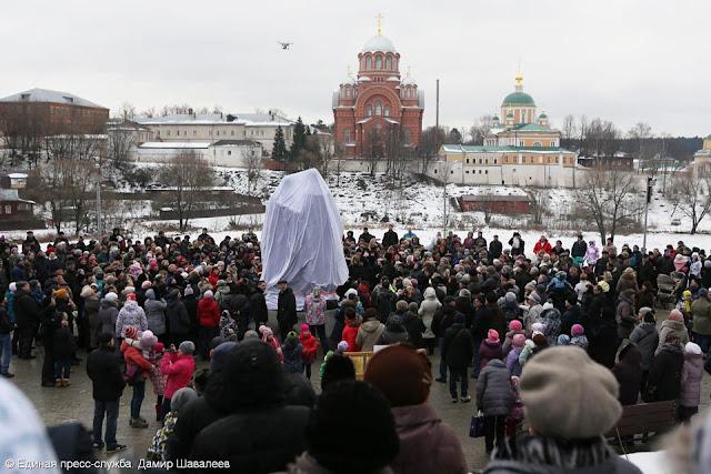 Главным событием дня стало открытие в парке памятника родителям Сергия Радонежского преподобным Кириллу и Марии работы Юрия Хмелевского.
