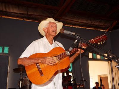 Oscar López Fornaris (Cachao, miembro de honor para los asociados de Contramaestre)