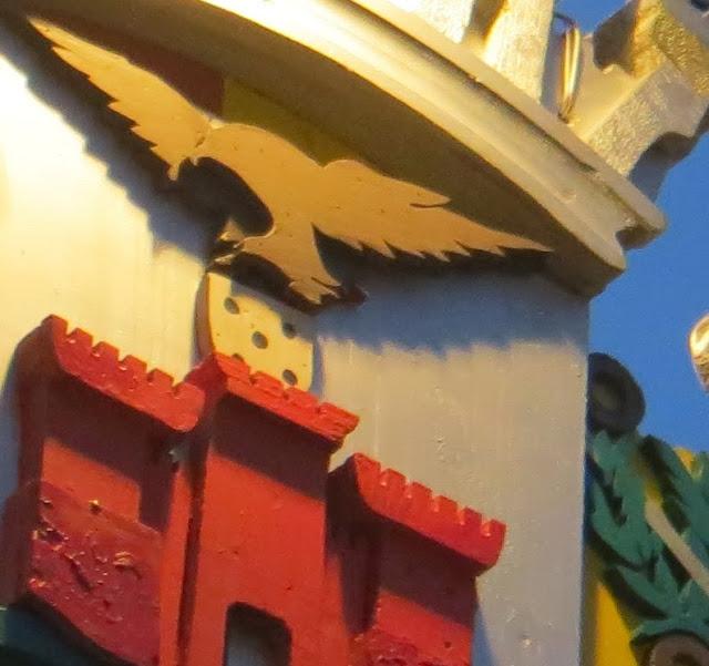 Ampliação macro de Fotografia das Festas Sanjoaninas da Ilha Terceira, Brasão da Cidade como Decoração de Rua, pormenor do castelo e da ave