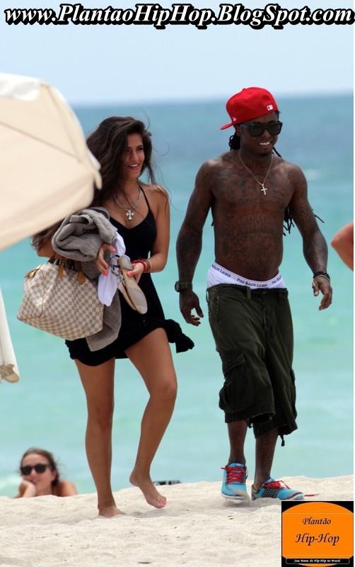Lil Wayne com sua namorada na praia