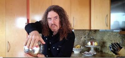 """Ο """"Weird Al"""" Yankovic εκτελεί το τρικ με την αιωρούμενη μαγική σφαίρα"""
