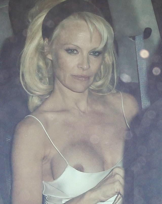 Pamela Anderson le gusta mostrar las tetas