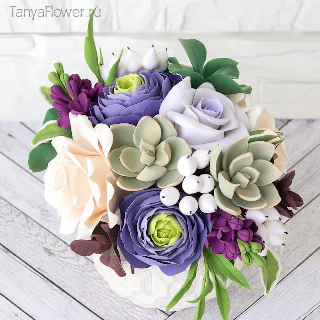 букет цветов ручной работы с розами ранукулюсами суккулентами эвкалиптом и сиренью