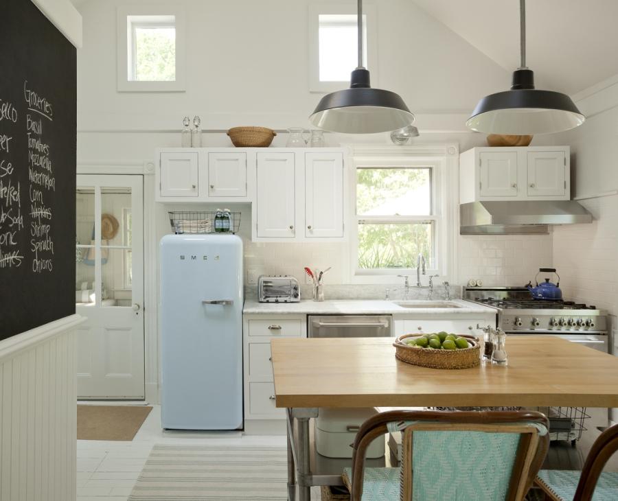 wystrój wnętrz, wnętrza, urządzanie mieszkania, dom, home decor, dekoracje, aranżacje, Hamptons style, styl Hamptons, styl skandynawski, scandinavian style, cottage by the sea, domek nad morzem, letni dom, białe wnętrza, kuchnia, smeg