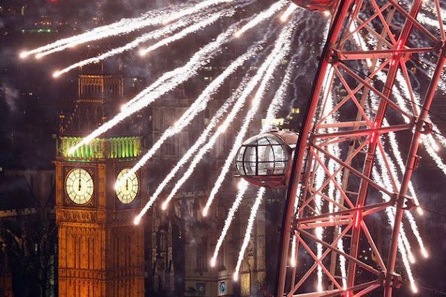 Тысячи людей в Лондоне выстроились вдоль берега реки Темзы, чтобы увидеть впечатляющий новогодний фейерверк.