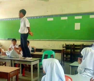 berdiri atas meja