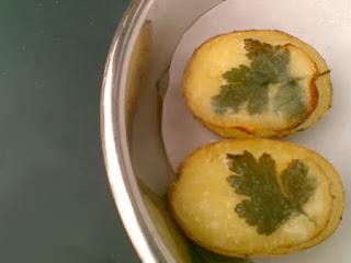 Ugnsbakade potatishalvor med persiljepynt