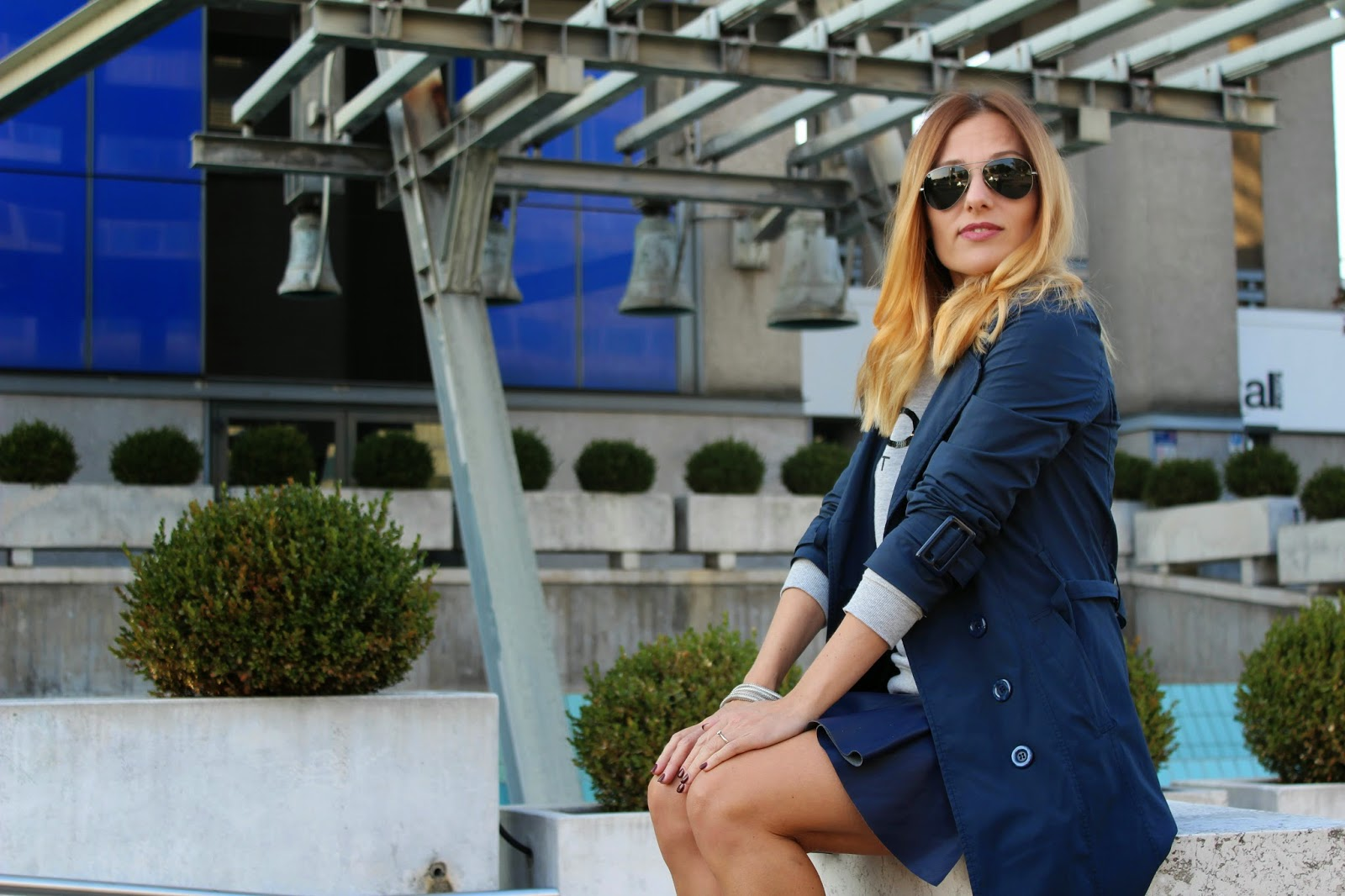 Eniwhere Fashion - stringate grigie e trench blu