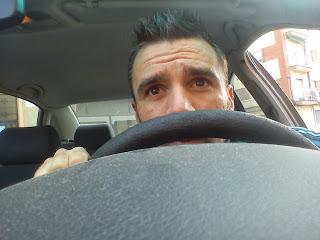 Ignacio Bellido en su coche recién salido del taller
