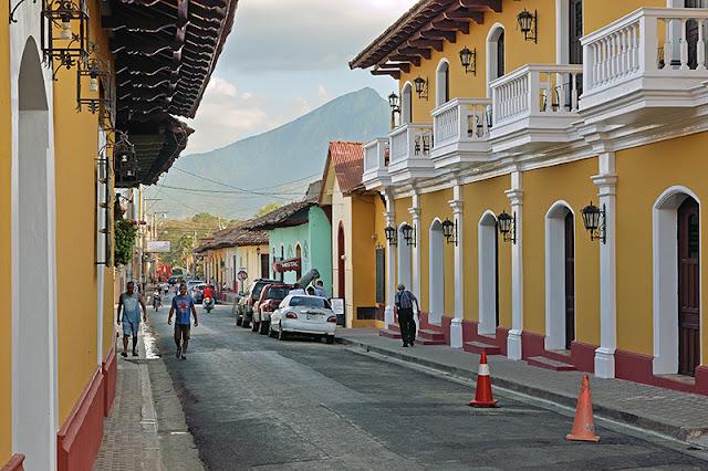 Une rue de Granada qui offre un point de vue sur le volcan Mombacho