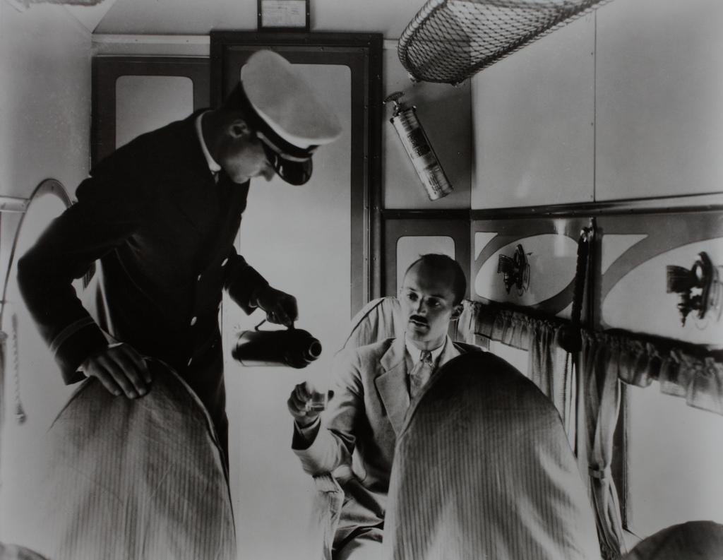 Andrepilot serverer flymat på bilde fra 30-tallet.