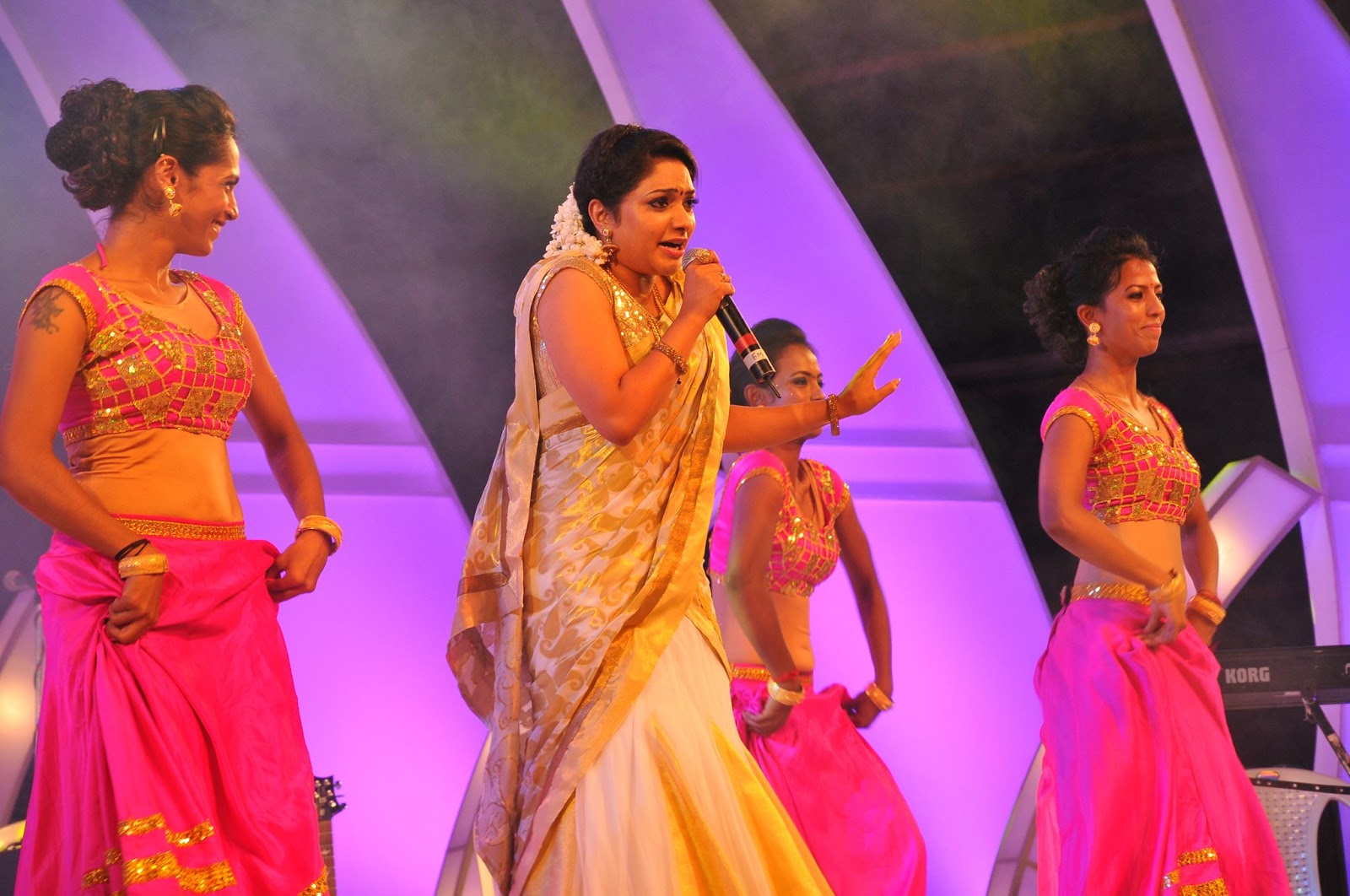 actress and Television anchor Meera Anil latest hot photos in saree