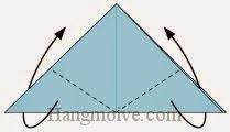 Bước 6: Gấp chéo hai góc của lớp giấy trên cùng về phía sau sao cho kẹp ở giữa hai lớp của tờ giấy.