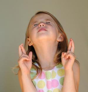 little girl crosses fingers
