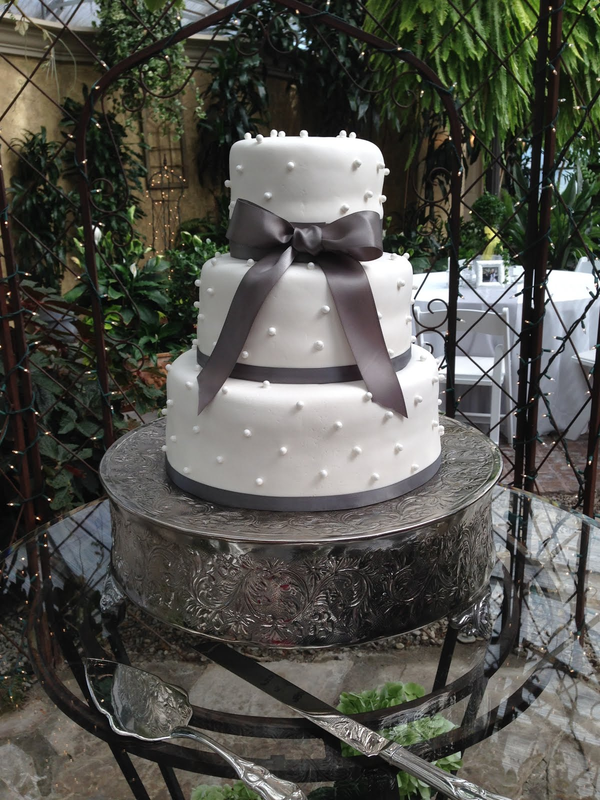3-tier round fondant with edible pearls