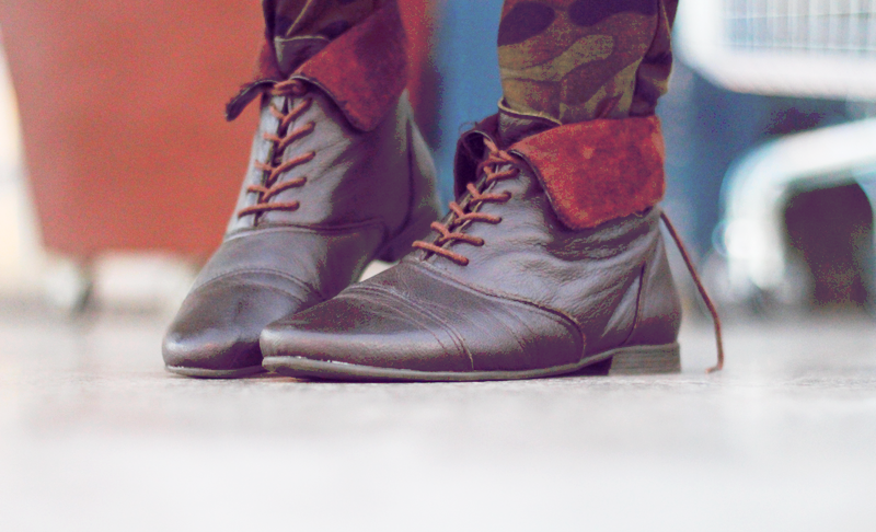 calça militar, look, como usar, coturno, marrom, botinha, rocker, rock, girl, estilo, t-shirt, pants, militar, army, tattoo, chocker