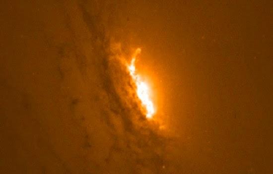 Lubang Hitam Supermasif Ini Letuskan Gas Secepat Cahaya