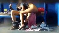 โจ๋แง้มฝาบ้านถ่ายคลิปเพื่อนเย็ดแฟนสาว ผู้หญิงขนหมอยหีเพิ่งขึ้นเงี่ยนหนักมาก