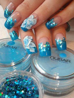 Uñas pintadas de azul