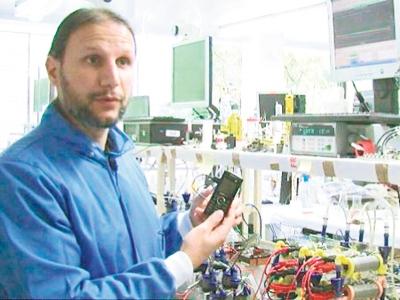 Ieropoulos mendakwa teknologi ini adalah ciptaan pertama di dunia yang menggunakan air kencing sebagai pengecas telefon bimbit.