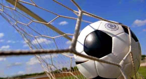 Balón de fútbol en el fondo de la red