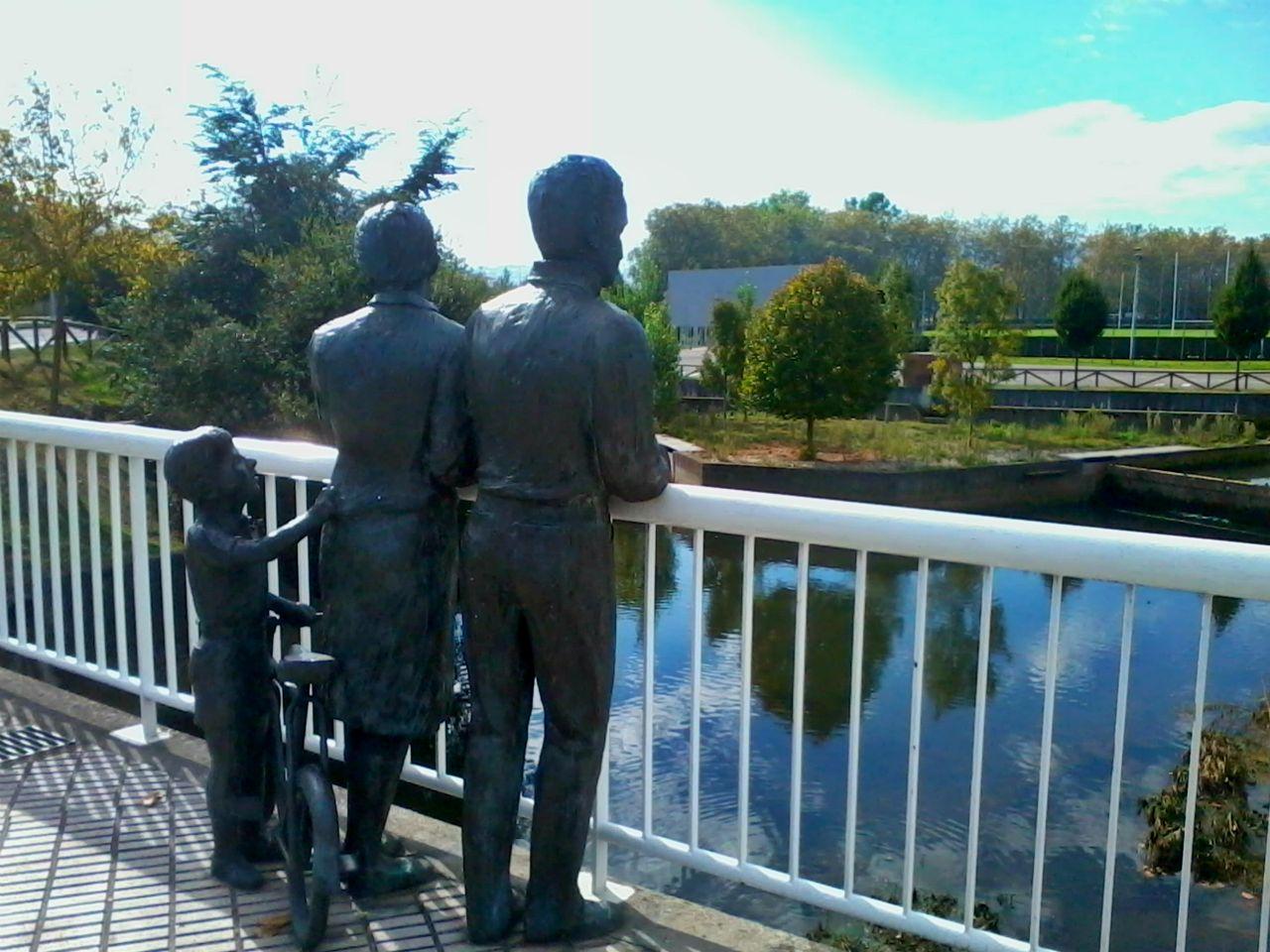 gijon estatua familia piles rio