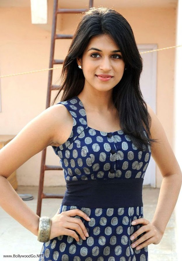 Shraddha poses very elgeantly  -  Shraddha Das Dark blue dress pics