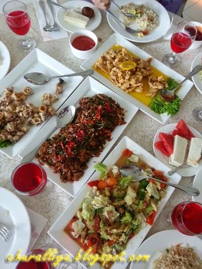 Perfect Main Dish Di Hidang Atas Meja.. Nasi Goreng Cina, Kue Teow Goreng, Ayam  Goreng Sos Limau, Sotong Goreng Tepung, Sayur Campur, Asir Sirap