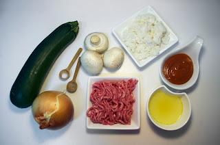 Calabacín relleno de carne y arroz con champiñones y salsa se tomate - ingredientes