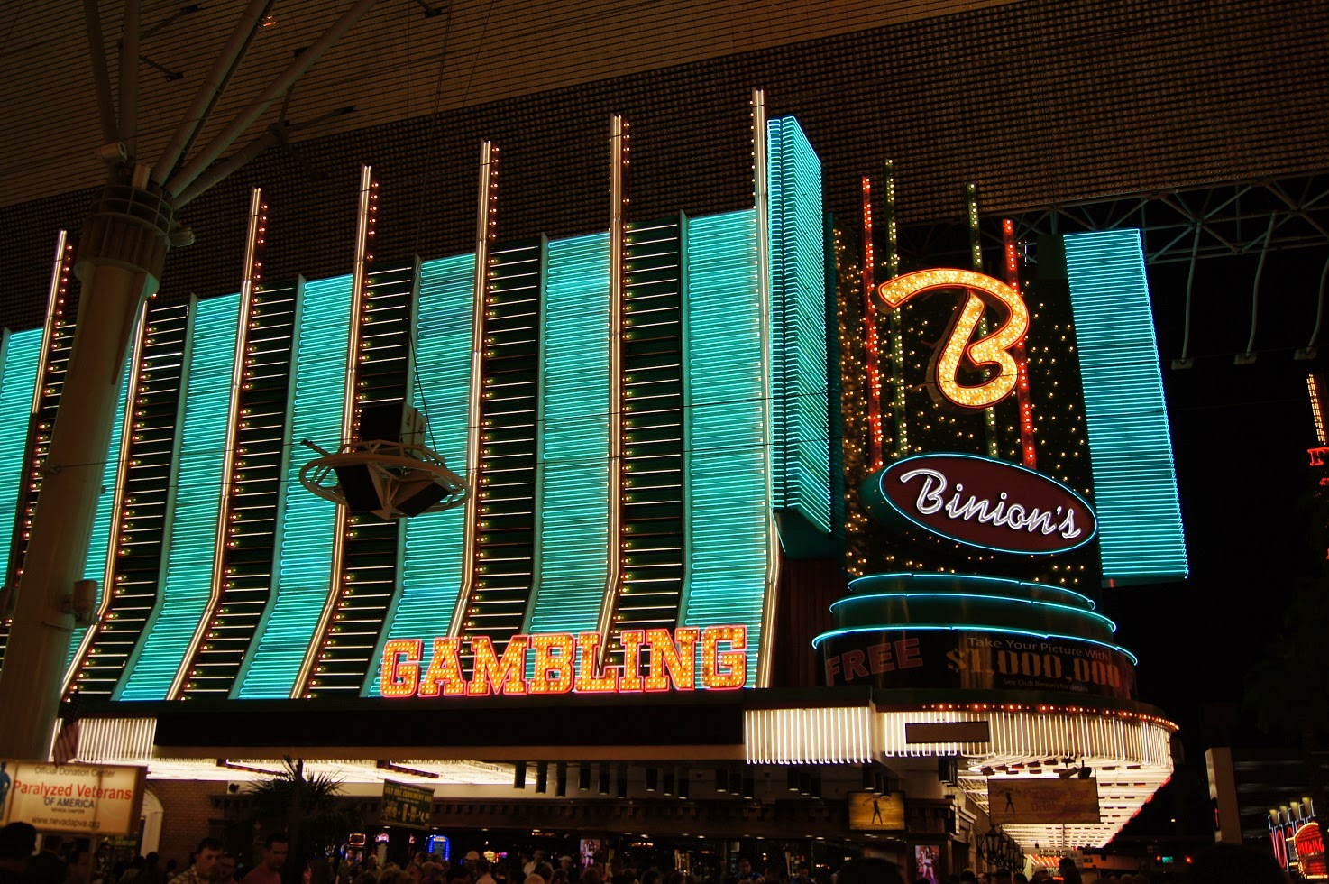 Mimi\'s Suitcase: The Fremont Street Experience PM