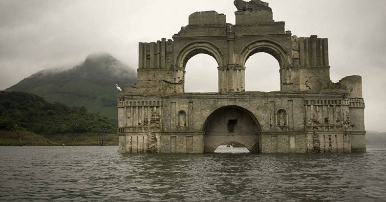 Iglesia de 450 años de antigüedad emerge desde las aguas de un embalse de México