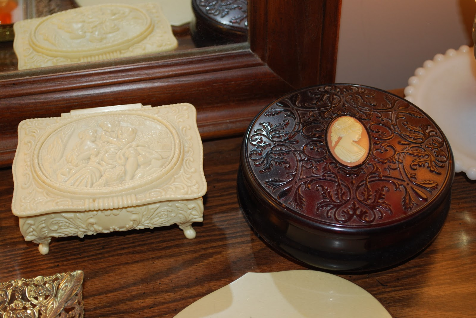 Persnickety Primitives: Lady's Dressing Table
