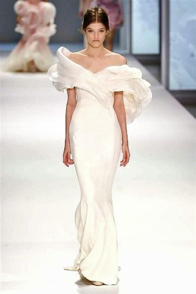 robe sublime portée par un mannequin défilé de haute couture ralph et russo paris printemps été 2015