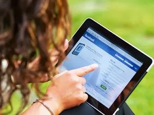 """Los usuarios de Facebook acuden a la red social principalmente para saber qué hacen sus amigos y conocidos. Y si leen noticias de actualidad lo hacen """"por casualidad"""", según concluye un estudio llevado a cabo por el Pew Research Center entre 5.173 personas para conocer los hábitos de esta comunidad. Así, cuando se les pregunta para qué usan Facebook, el 68 por ciento de usuarios responde que para ver lo que hacen sus amigos y familiares. Casi la misma proporción, el 62 por ciento, reconoce que si está en Facebook es principalmente para ver fotos de sus amigos. Menos común"""