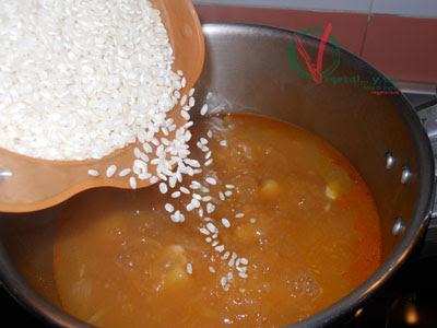 Añadir el arroz y terminar el guiso.