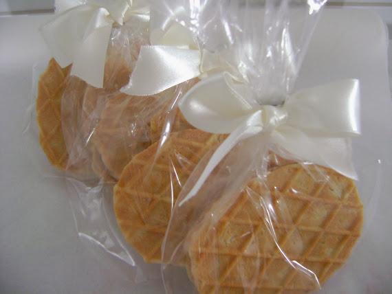 cherry cookies ! saborosos cookies recheados com brigadeiro .