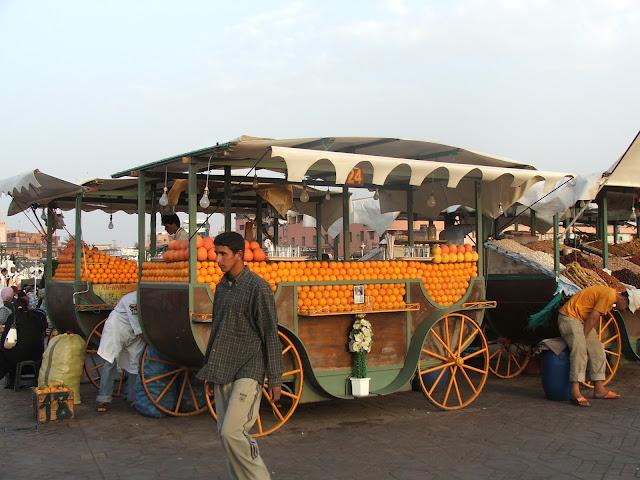 venditori di arance in piazza a MArrakech
