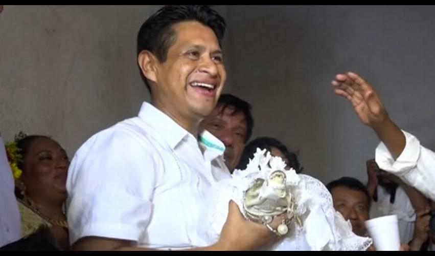 Perkawinan Aneh, Pak Wali Kota Ini Nikahi Buaya Wanita