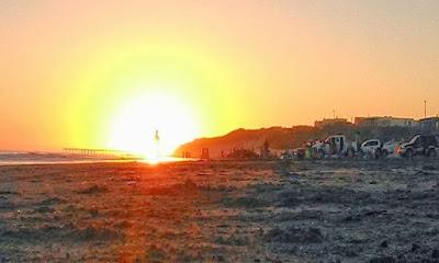 humanoide resplandeciente en playa argentina