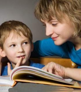 6 نصائح لجعل طفلك أكثر ثقة فى نفسه - امرأة طفلها ام الامومة الطفولة طفل يقرأ كتاب كتب - mother mom mama child kid reading book
