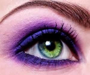 ojo verde maquillado en lila