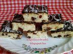 Aszalt áfonyás citromos sütemény, kevert tésztás süti recept, olvasztott fehér csokoládéval a tetején.