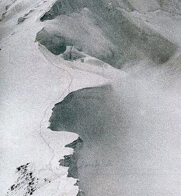 Huellas de Herman Buhl que terminan en la cornisa desprendida. Foto tomada por Kurt Diemberger.